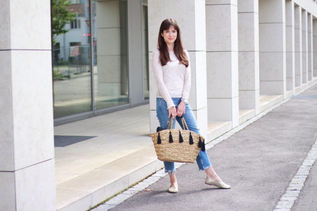 Modeblog Streetstyle Fashion In meinem heutigen Outfit trage ich eine Spitzenbluse von Zara, Girlfriendjeans von Mango, Lederjacke von Zara, Korbtasche mit Quasten von H und M und Ballerinas im Stil von Céline