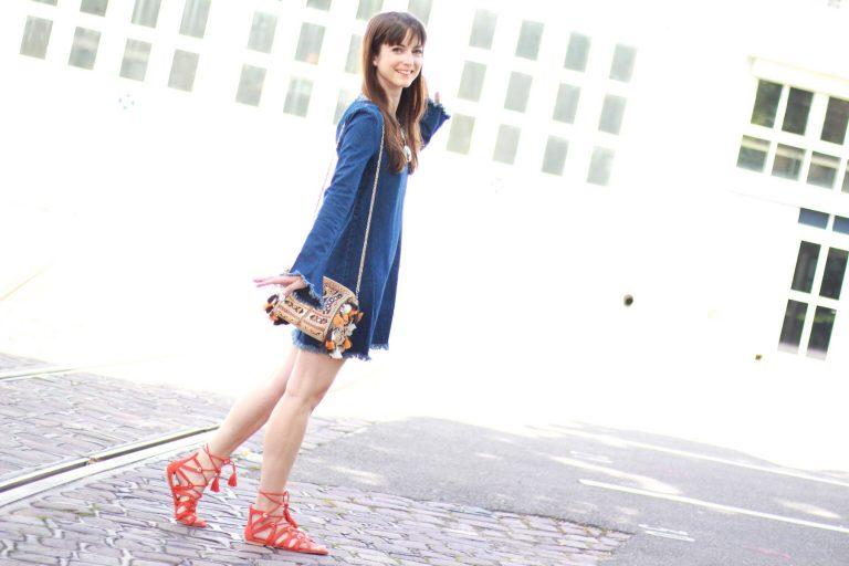 Modeblog Outfit: Fransen Jeanskleid, Denim mit Boho Tasche und Sandalen in Organe