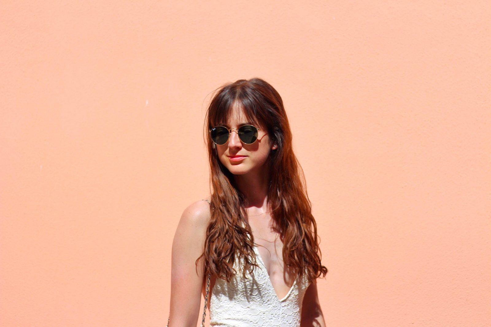 Weiße Spitze im Outfit für meinen Modeblog aufgenommen auf Sardinien in San Vito