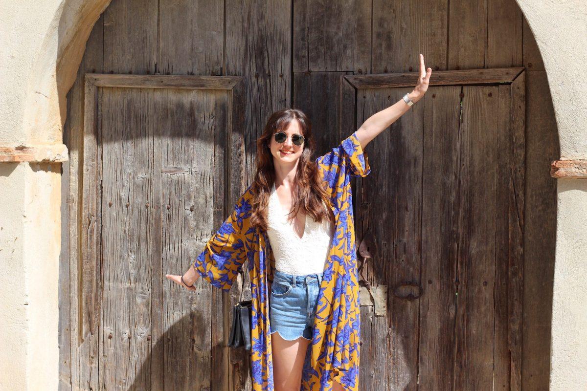Eines meiner neuen Lieblingsoutfits: Badeanzug, Muschelsaum Jeansshorts und Kimono Bilder aus Sardinien für meinen Modeblog