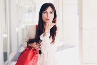 Ich trage meine rote Michael Kors Tasche in Kombination mit Maxikleid von and other Stories für meinen Modeblog