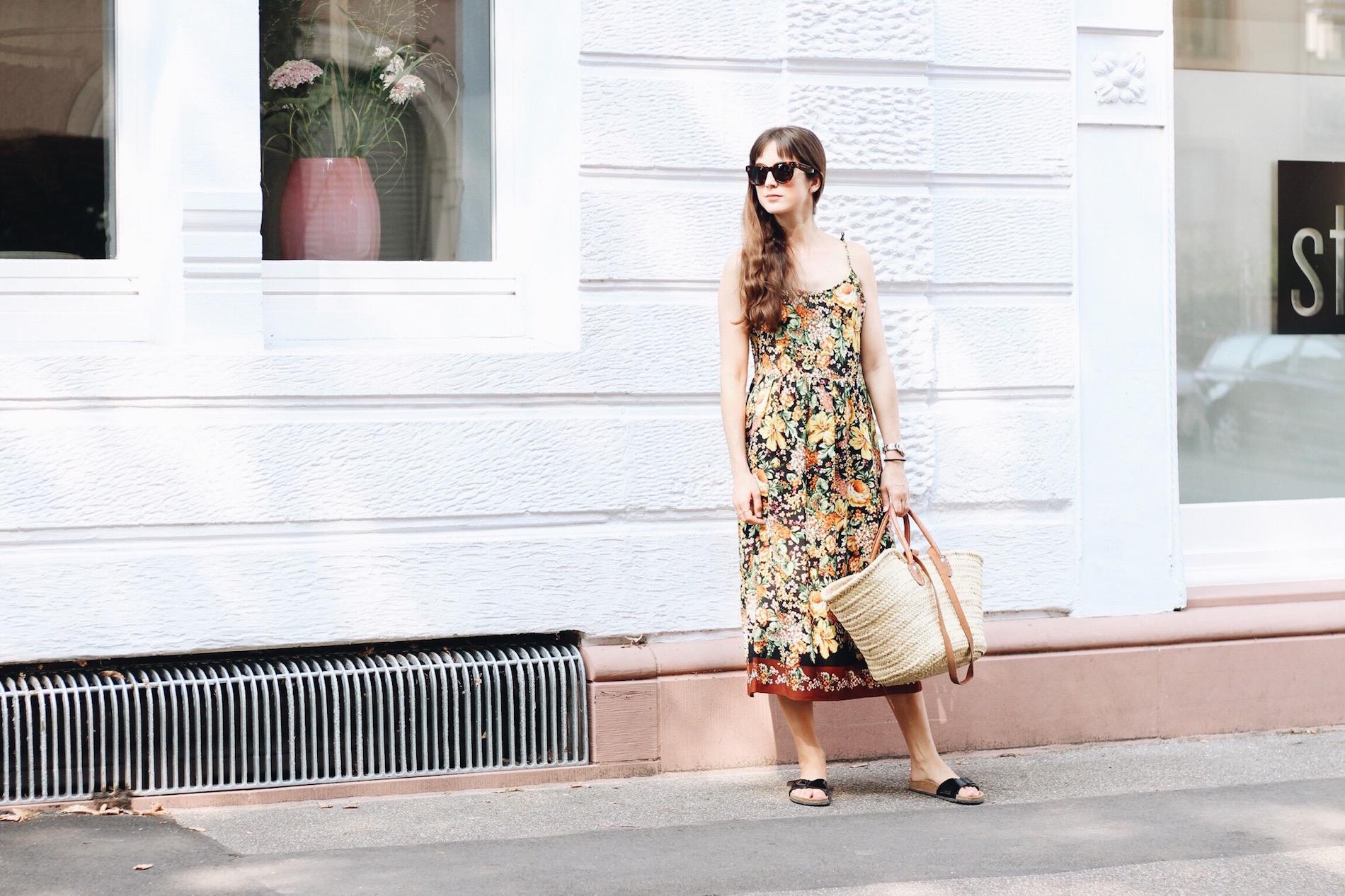 Ich trage mein neues Sommerkleid mit Blumenmuster von Zara für meinen Modeblog