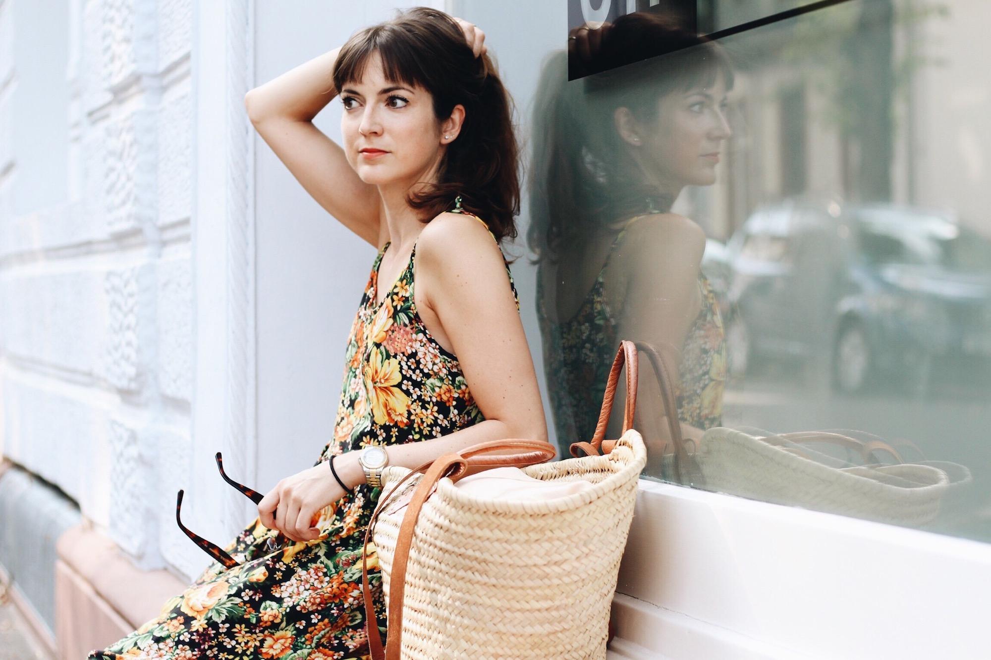 Für meinen Modeblog trage ich ein Sommerkleid mit Blumenmuster von Zara