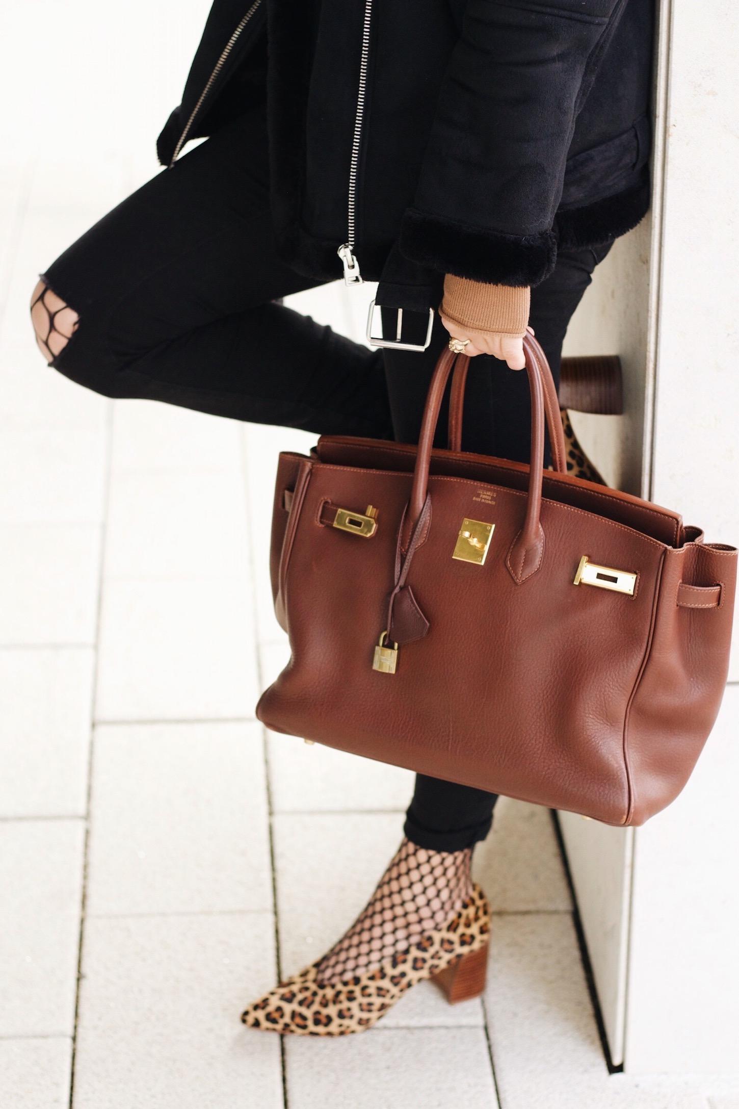 Birkin Bag, Netzstrumpfhose und Leo Pumps kombiniert mit Pilotenjacke mit Lammfell auf meinem Modeblog