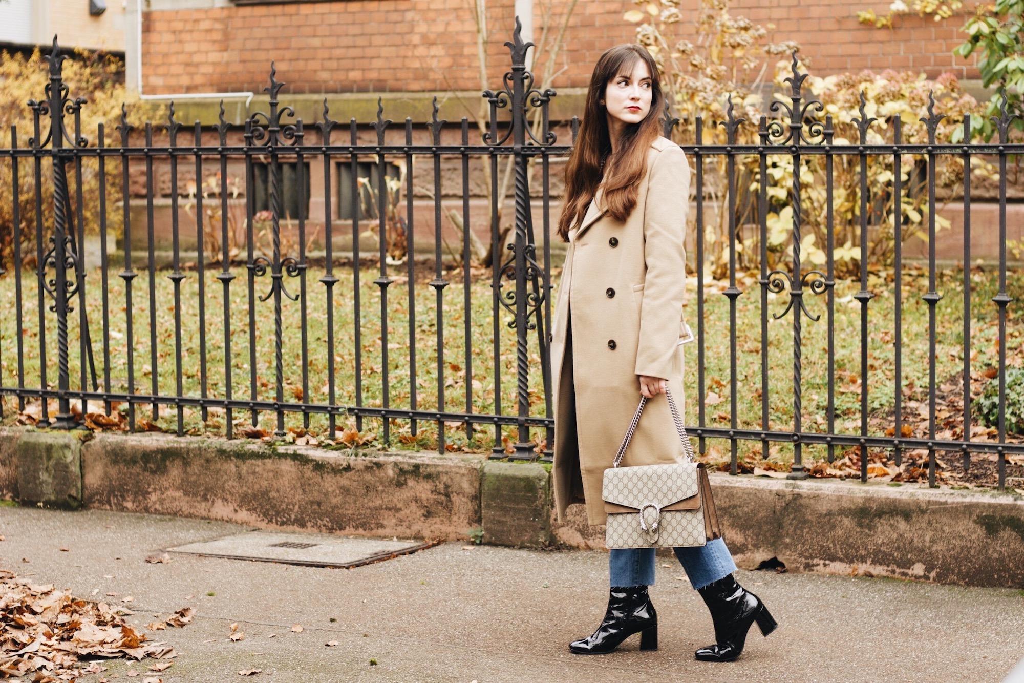 Modeblog Outfitpost mit Mantel von Edited und Gucci Dionysus Bag sowie Modetrend Lack Stiefeletten