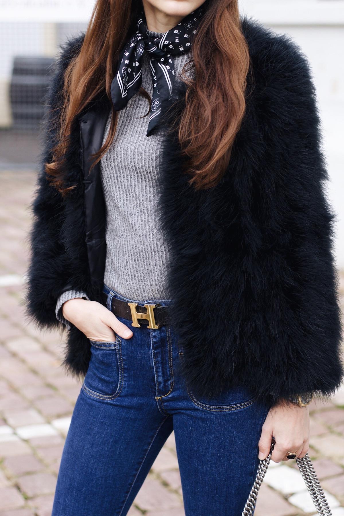 Federjacke als Modetrend auf meinem Modeblog Felljacke von Pello Bello kombiniert mit Kick Flare Jeans