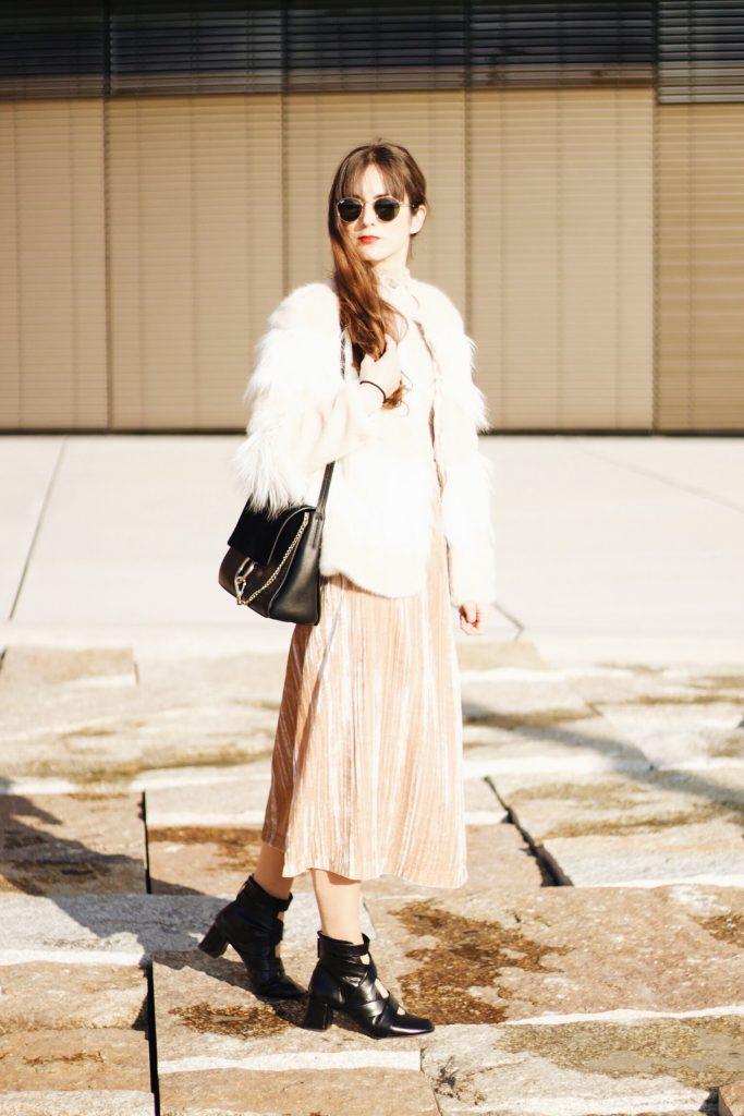 Samtrock und Felljacke kombiniert für meinen Modeblog