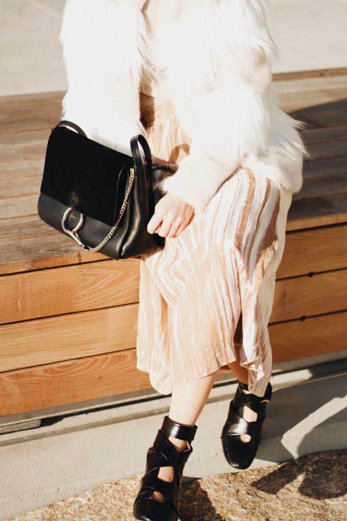 Samt Rock und Felljacke kombiniert für meinen Modeblog