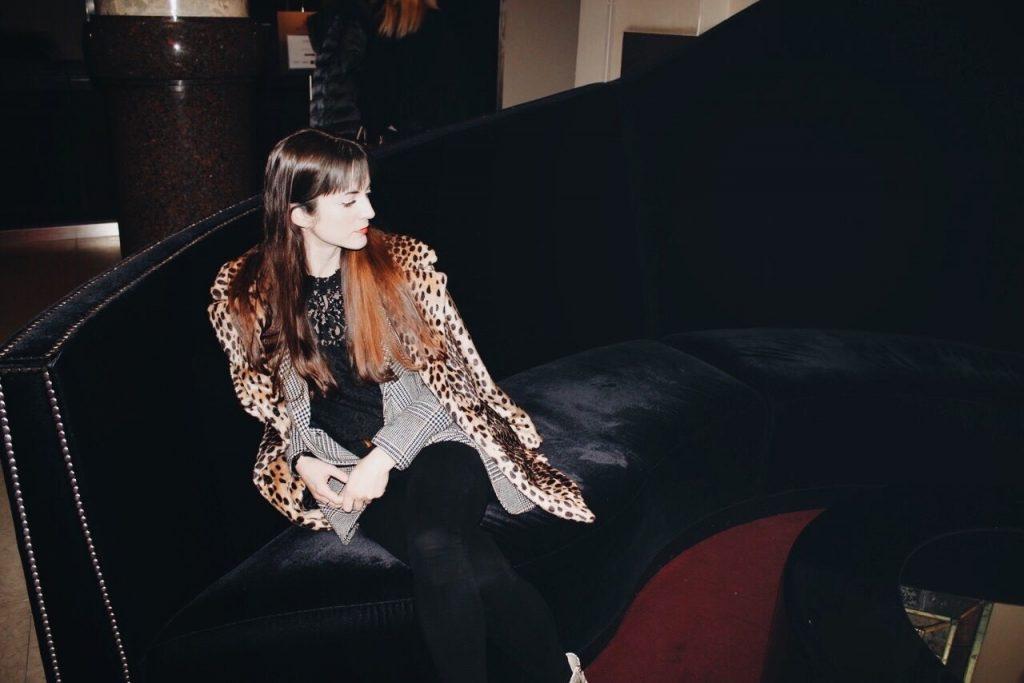 Leomantel kombiniert mit Karomuster und Spitzenbluse auf meinem Fashionblog
