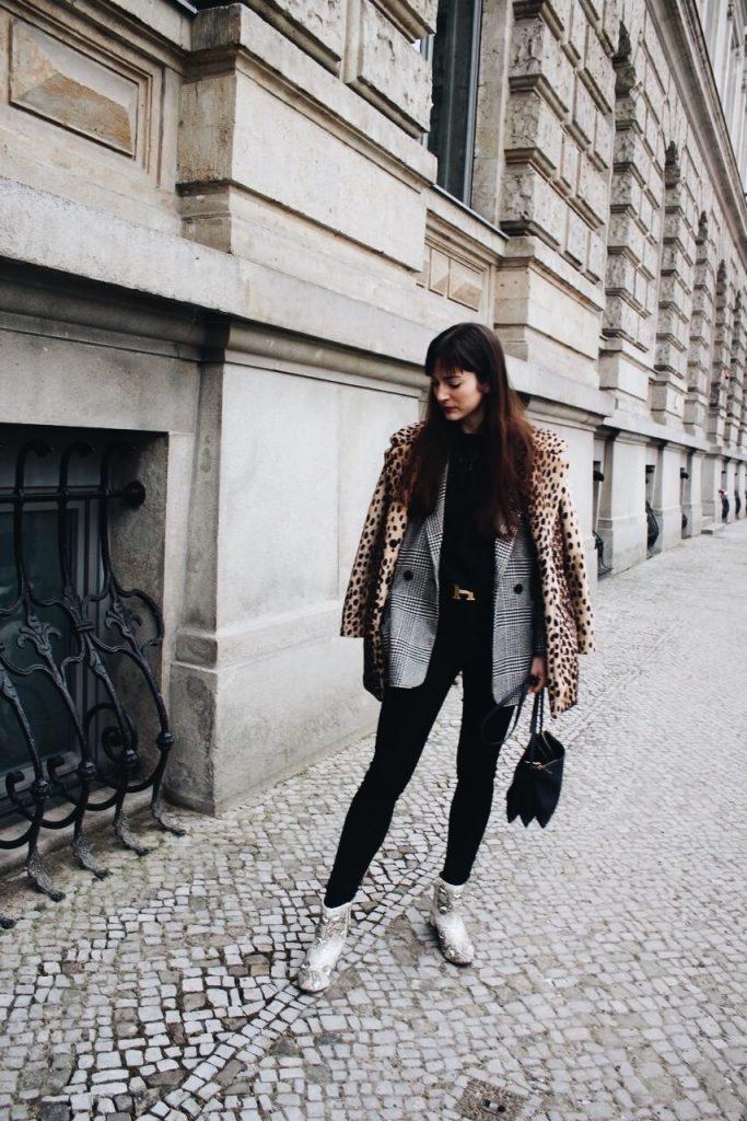 Karomuster Blazer, Leomantel und Schlangenprint Stiefeletten für meinen Lifestyleblog kombiniert mit Spitzenbluse und Celine Cabas Bag