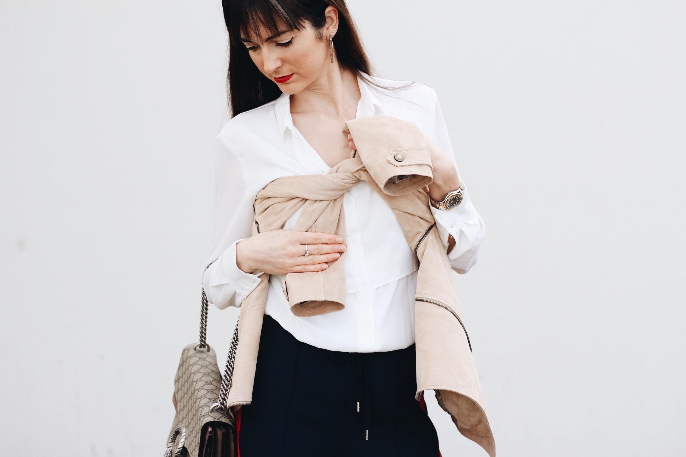 Wildlederjacke von Madeleine kombiniert mit Gucci Dionysus Bag