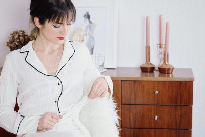 Mein overall von Mango im Pyjama Look kombiniert mit Lack Stiefeletten und Céline Cabas Bag