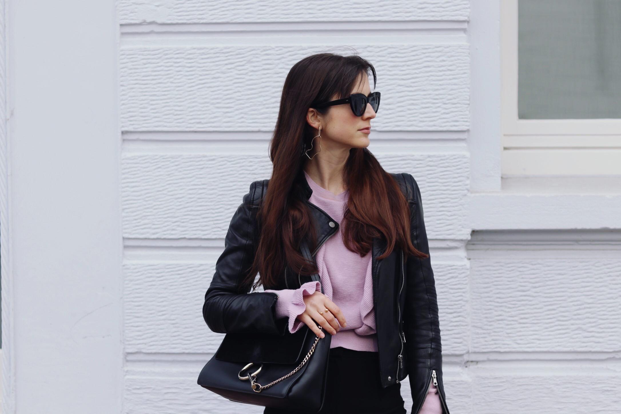 Lila Pullover mit Volants und Rueschen. Das sind neben Violett und Flieder die Trendfarben 2017. Dazu trage ich eine schwarze Lederjacke und eine Chloe Tasche