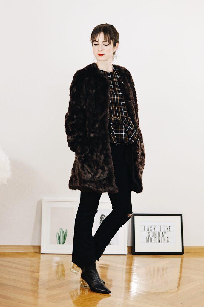 Der Modetrend Kick Flare Jeans kombiniert mit Fake Fur Mantel und Karomuster