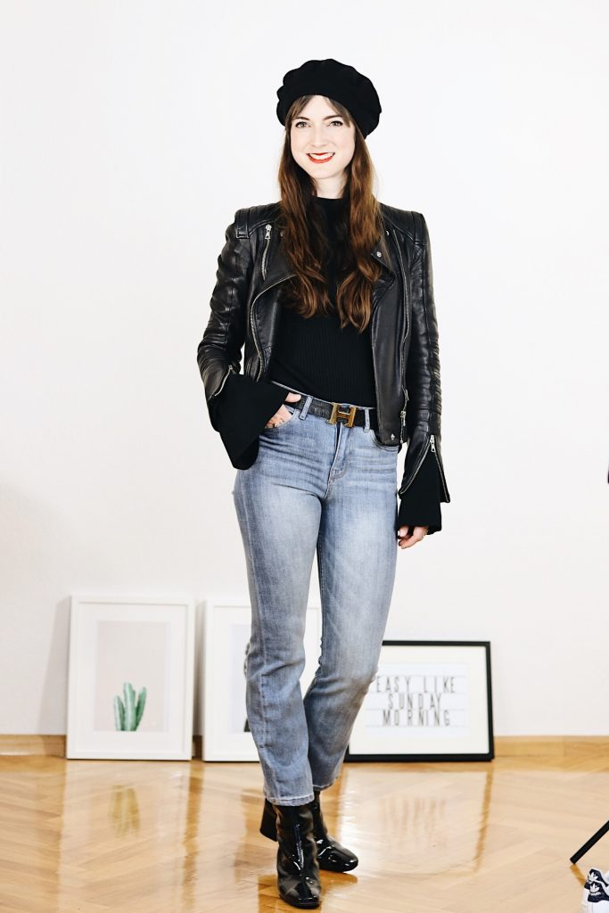 Der Modetrend Kick Flare Jeans kombiniert mit Lack Stiefeletten