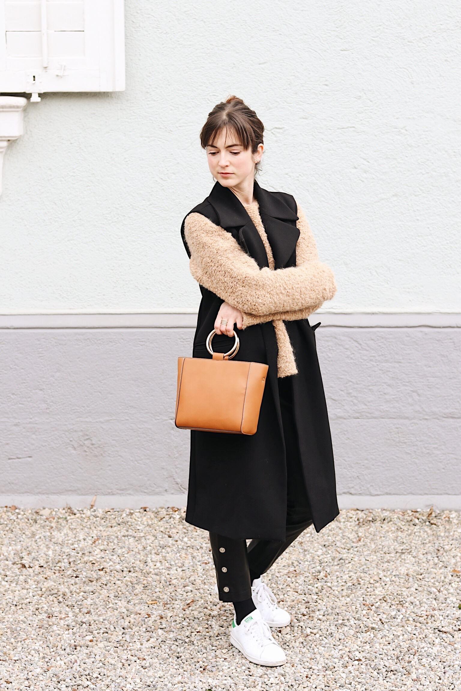 Tasche und Kunstlederhose von Mango Longweste und Kuschelpulli kombiniert mit Stan Smith auf meinem Fashionblog
