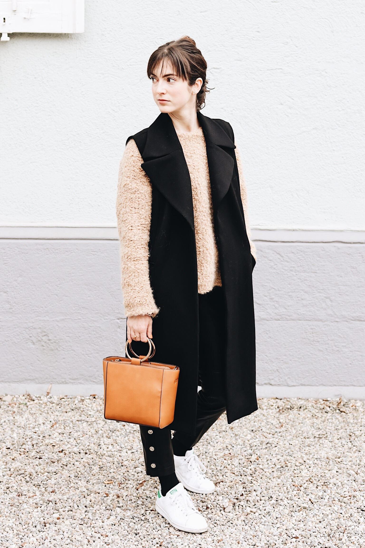 Kunstlederhose und Tasche von Mango mit Longweste kombiniert für meinen Fashionblog