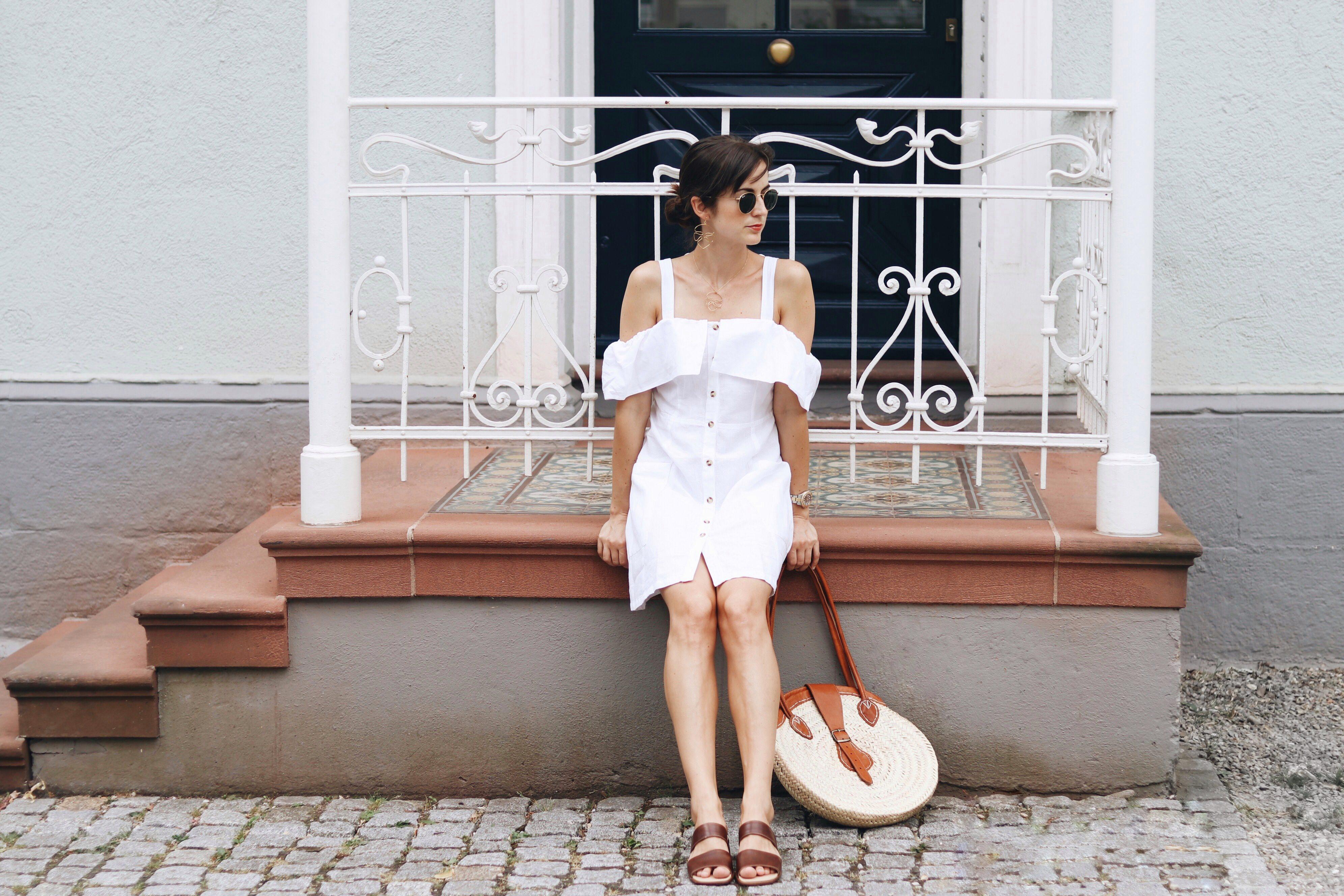 Leinenkleid-Leinen-Sommerkleid-weiß-Korbtasche-Birkin-Basket-Off-Shoulder-Cold-Shoulder-Modetrends-Fashionpost-Outfitpost-Sommerlooks