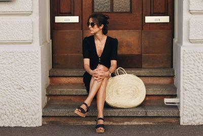 Sommerkleid-schwarz-kleines-schwarzes-rouje-korbtasche-birkin-basket-Modetrends-modeklassiker-sonnenbrille-Miu-Miu