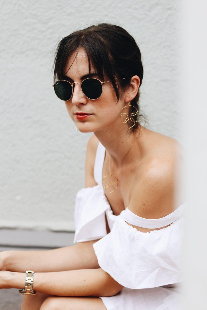 schmuck-outfit-ideen-weißes-kleid-sonnenbrille-ray-ban