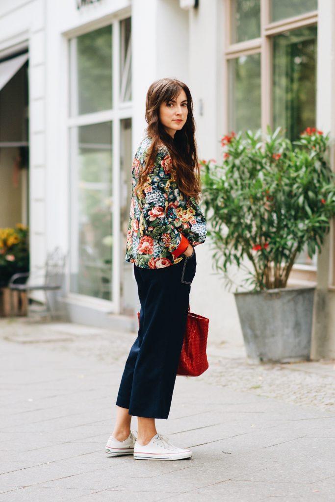 Modebloggerin-Outfit-streetstyle-blazer-blumenmuster-jumpsuit