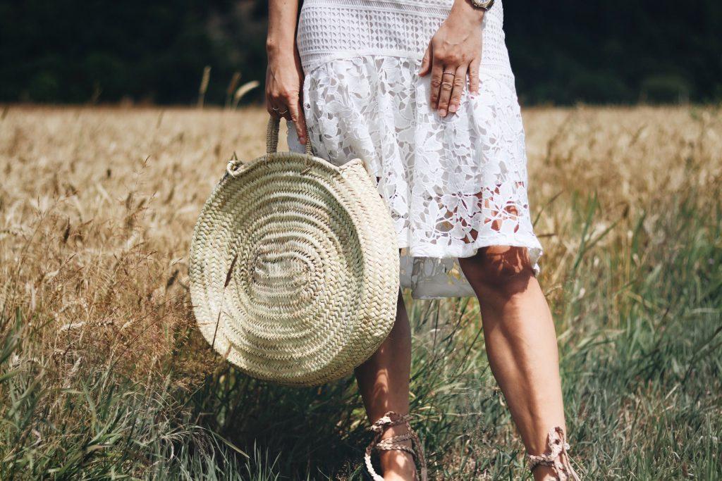 korbtasche-rund-spitzenrock-weiß-und-roemersandalen-trend-mode