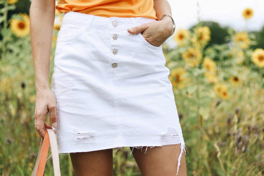 minirock-weiß-outfit-ideen-kombinieren-sommertrends-gelb-trendfarbe