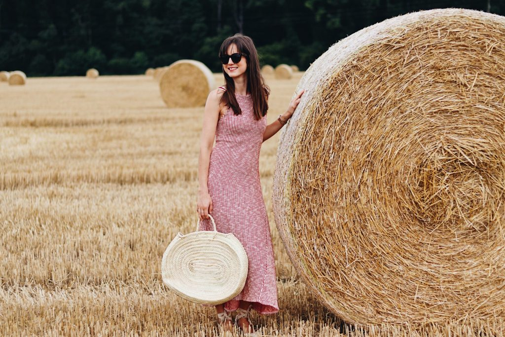 Midikleid von Zara mit roten Streifen und Korbtasche Sommertrends 2017