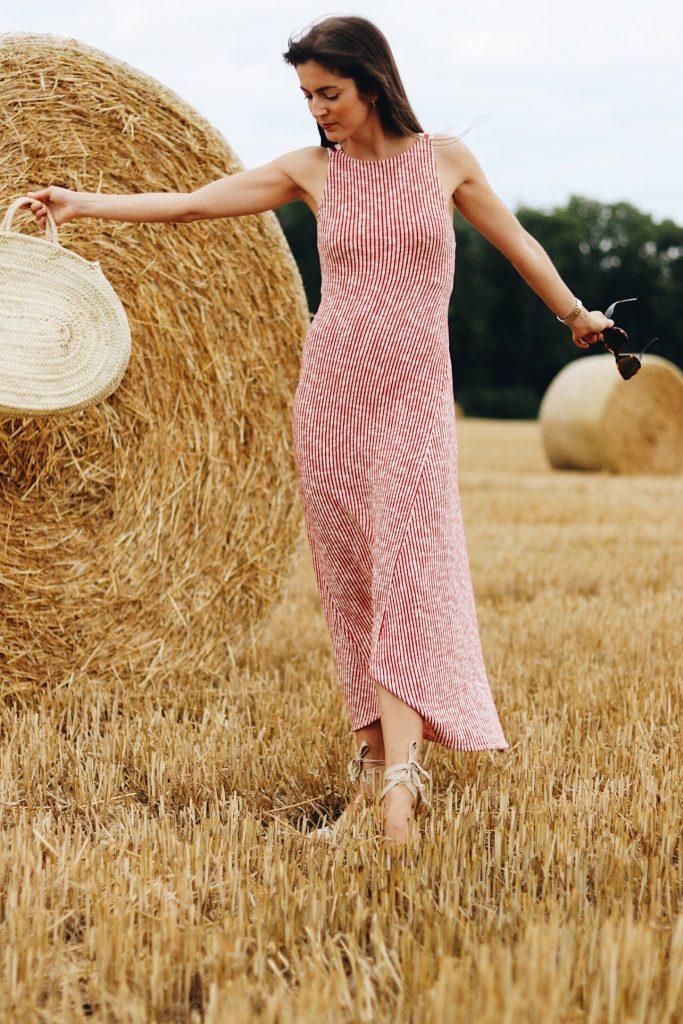 Midikleid mit Streifen von Zara und Strohtasche als French Chic Look