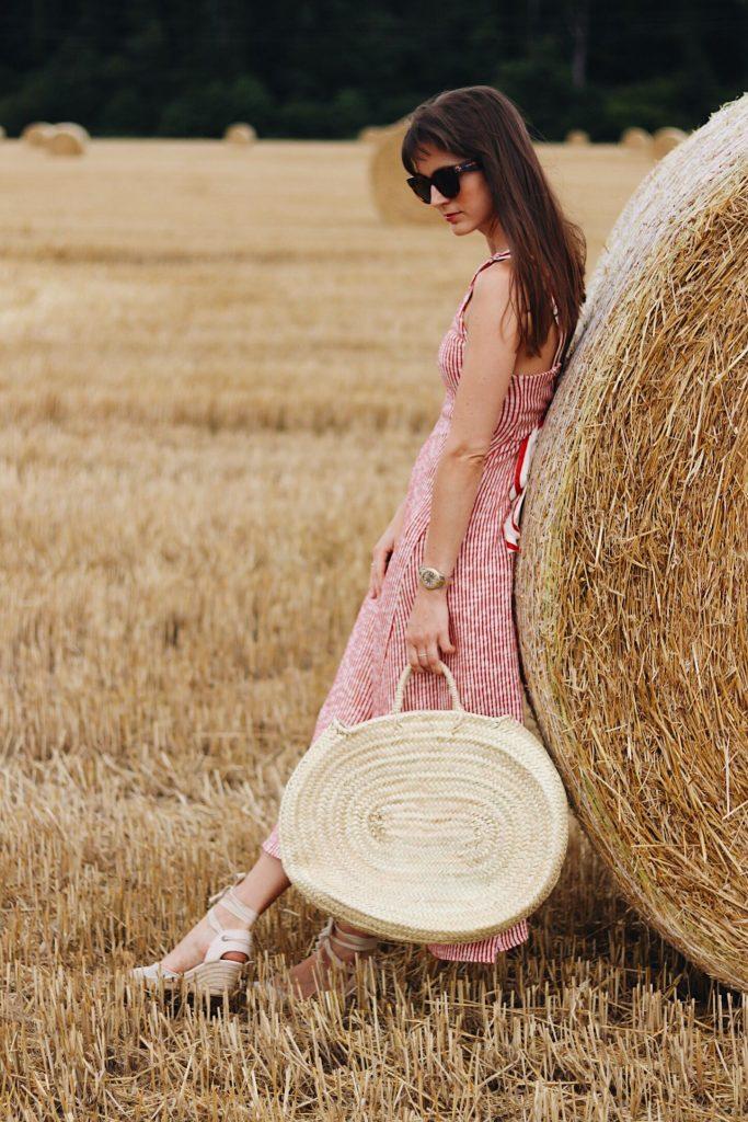 Sommerlook mit Zara Midikleid Espadrilles und Korbtasche