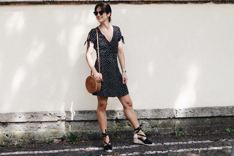French-Chic-Parisienne-Midikleid-Polka-Dots-Korbtasche-Birkin-Basket-Espadrilles-Wickelkleid-Sonnenbrille-Ray-Ban-Fashionlook-Sommertrends