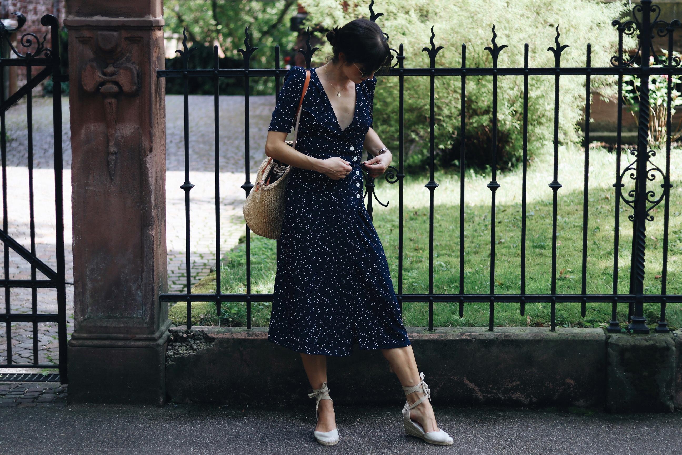 French-Chic-Parisienne-Midikleid-Polka-Dots-Korbtasche-Birkin-Basket-Espadrilles-Wickelkleid-Sonnenbrille-Ray-Ban-Fashionlook-Sommertrends-modeblog