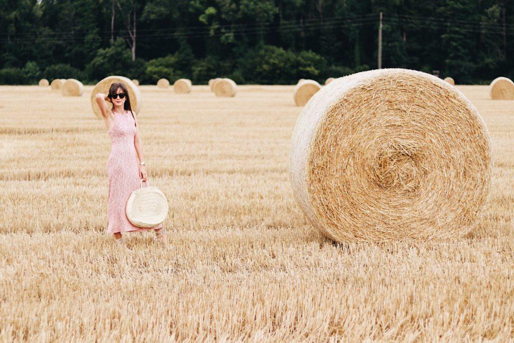Hochsommer Look Midikleid Espadrilles Korbtasche Modetrends Sommertrends 2017 auf meinem Fashionblog