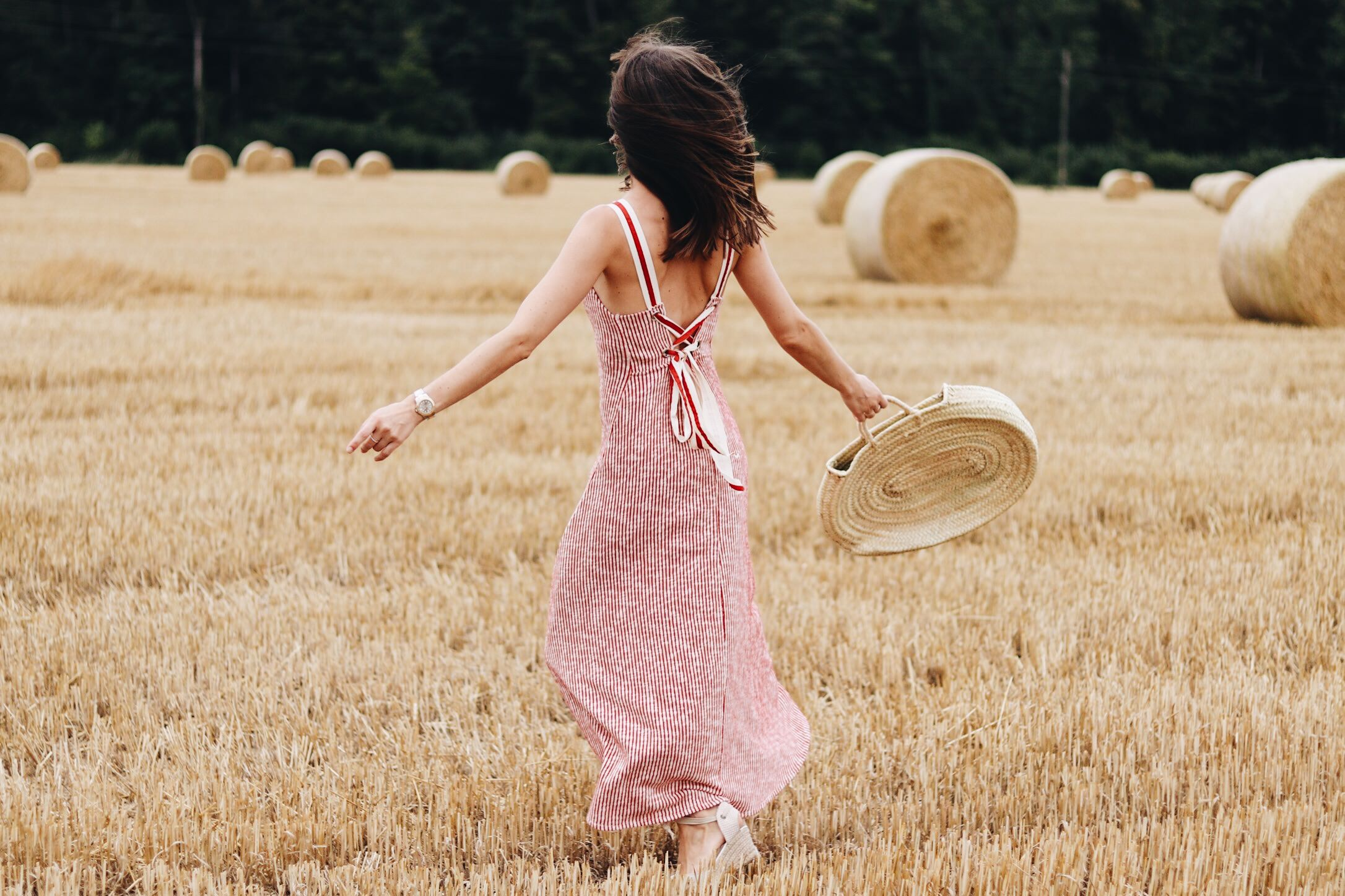 Rückenfreies Zara Midikleid Korbtasche Espadrilles auf meinem Modeblog