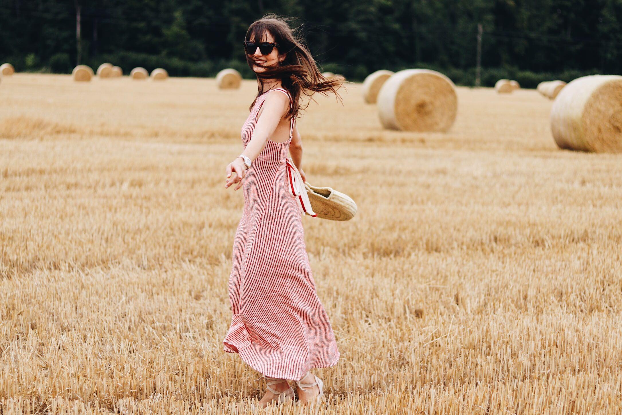 Mein Midikleid mit Espadrilles und Korbtasche auf meinem Modeblog
