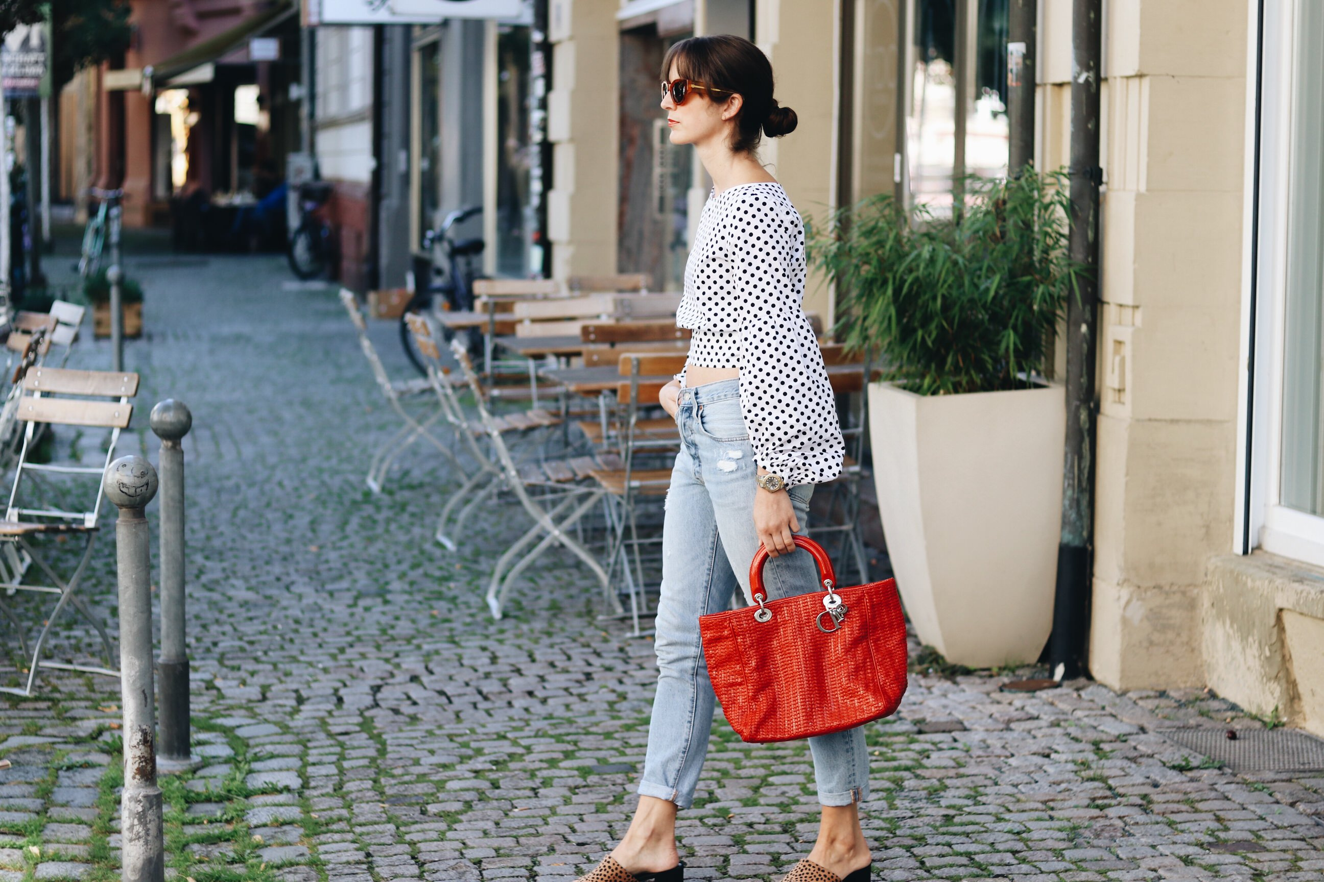 Polkadots-Punktemuster-Modetrends-Herbst-Winter-2017-Punkte-Mom-Jeans-Mules-Leo-Print-Celine-Sonnenbrille-Dior-Bag-Rueckenfrei-Rueckenausschnitt-Herbstlook