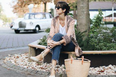 Samt-Modetrends-Herbst-Winter-2017-Samttrend-Velvet-Samtkimono-Kimono-Kimonojacke-Kick-Flare-Jeans-Cropped-Jeans-French-Chic-Korbtasche-Birkin-Basket-Basketbag-Espadrilles