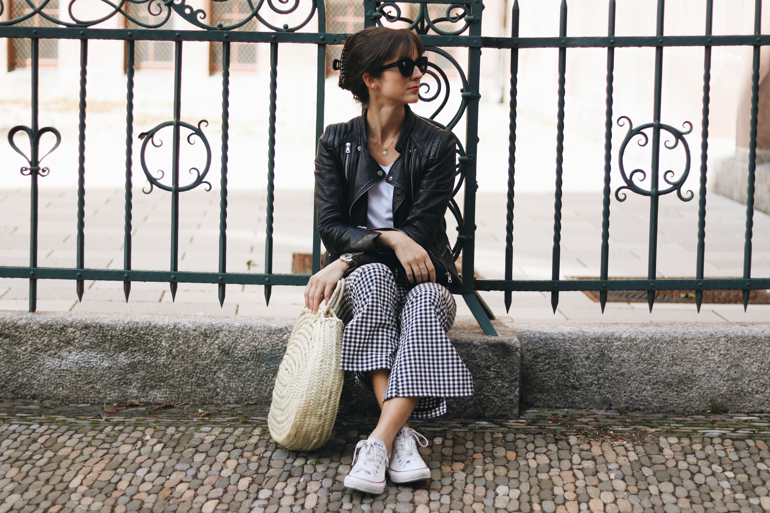 Vichykaro-Gingham-Korbtasche-Birkinbasekt-French-Chic-Kick-Flare-Lederjacke-Ace-and-Tate-Sunnies-Sneaker-Chucks-modeblog-bloggerin-fashionblogVichykaro-Gingham-Korbtasche-Birkinbasekt-French-Chic-Kick-Flare-Lederjacke-Ace-and-Tate-Sunnies-Sneaker-Chucks-modeblog-bloggerin-fashionblog
