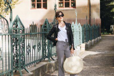 modeblog-outfit-deutschland-ideen-fashinblog-ootd-neele-schwarze-lederjacke-kombinieren-kick-flare-hose-mit-vichy-karo