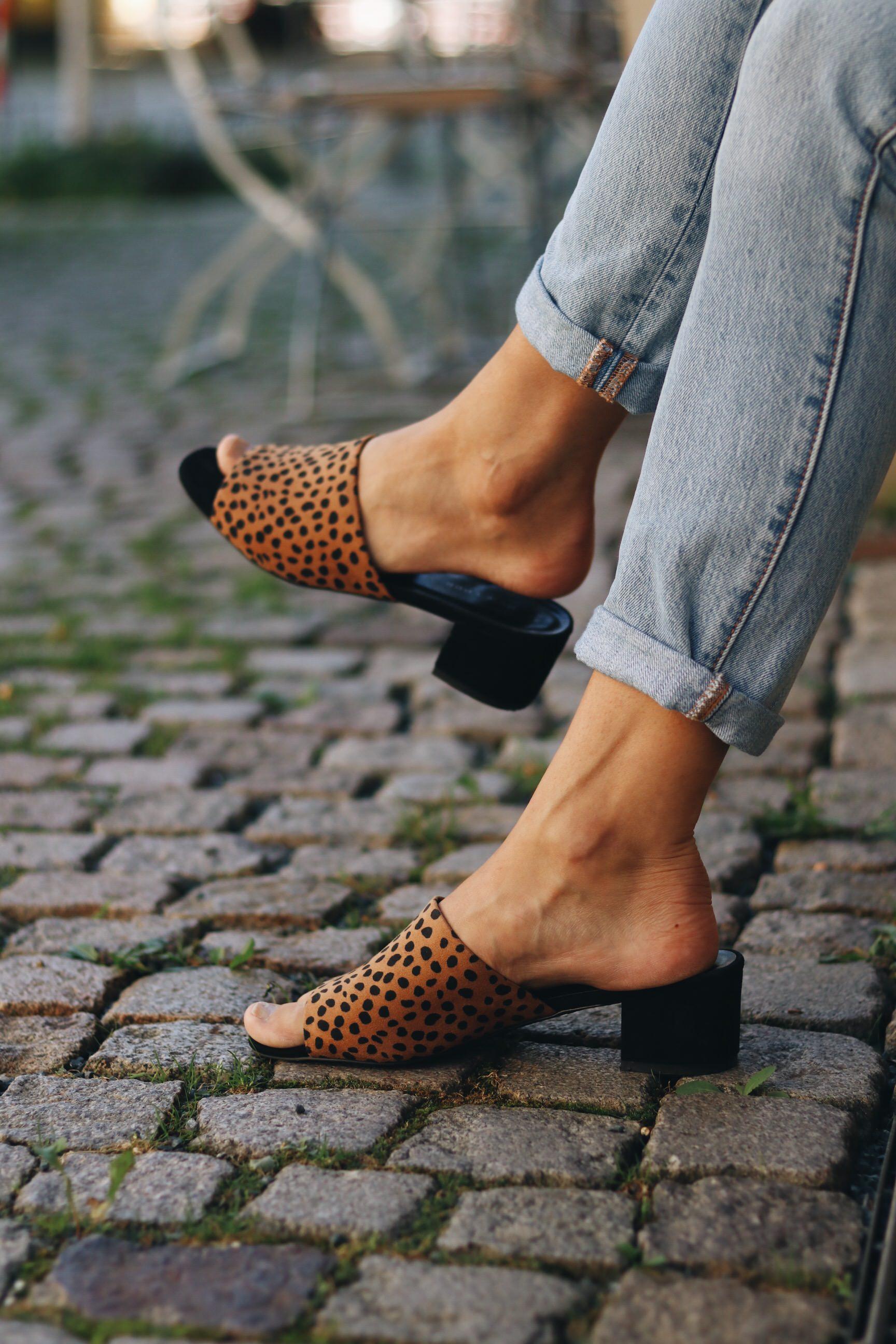 mules-leo-print-kombiniert-mit-mom-jeans