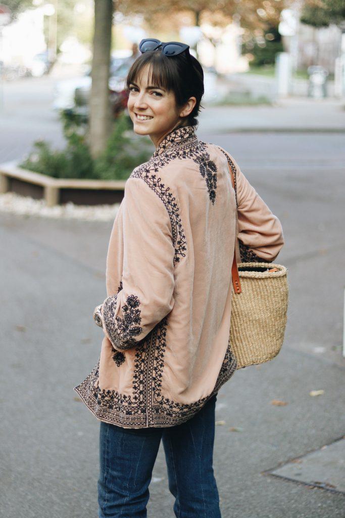 neele-modebloggerin-mit-samt-kimono-korbtasche-herbst-look-modetrend