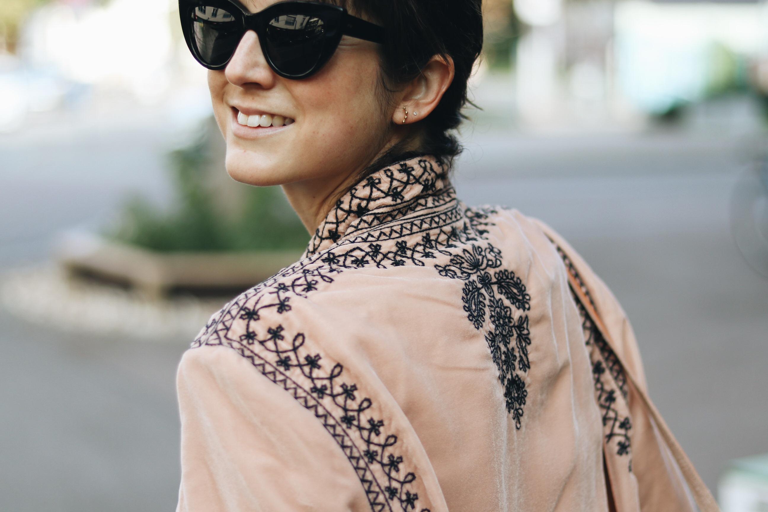 samt-kimono-outfit-kombinieren-herbst-trend