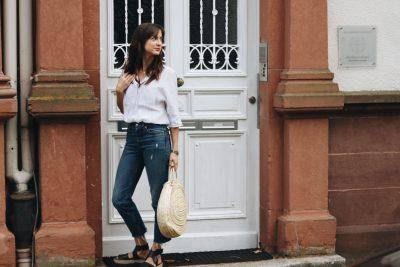 Leinenbluse kombiniert mit Espadrilles Korbtasche und einer Mom Jeans Modebloggerin Neele aus Freiburg