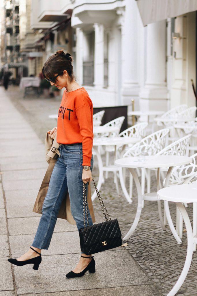 Modebloggerin im Frenchchic Parisienne mit Chanel Tasche mary Janes Schuhe Outfit