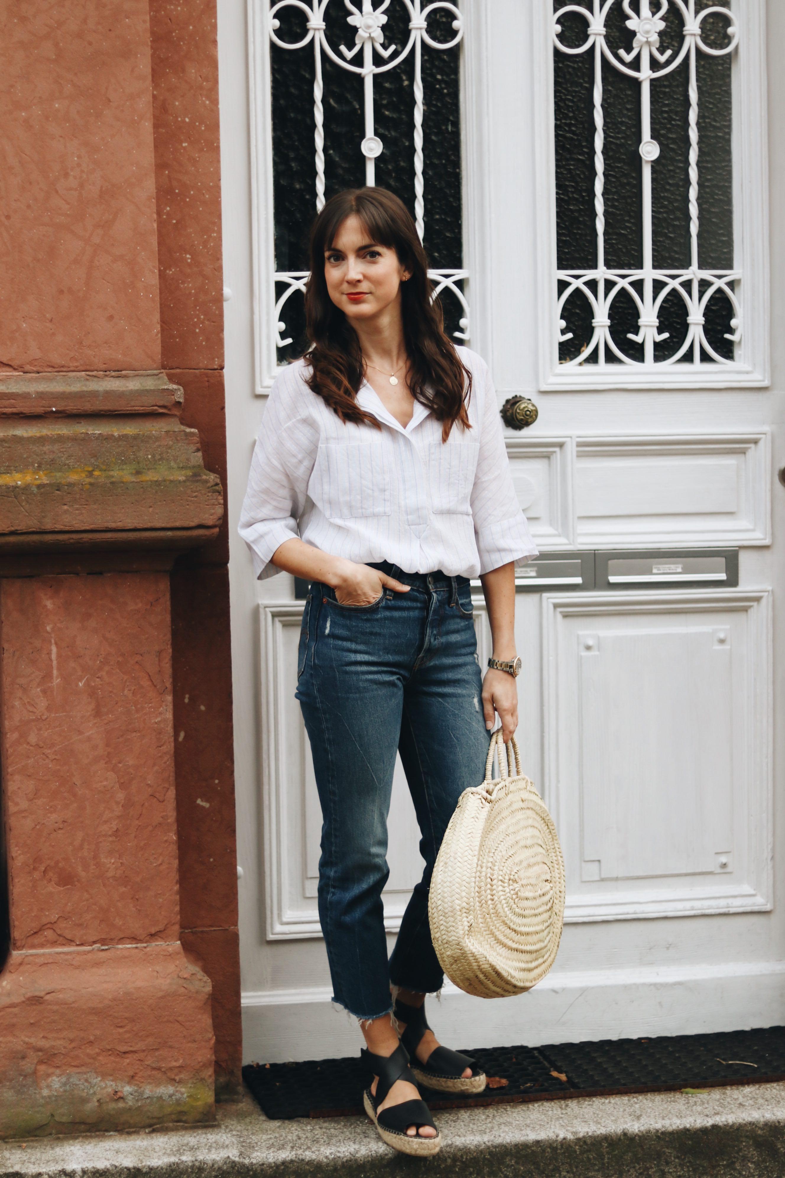 Modebloggerin Outfit Leinbluse kombiniert mit Mom Jeans Korbtasche und Espadrilles