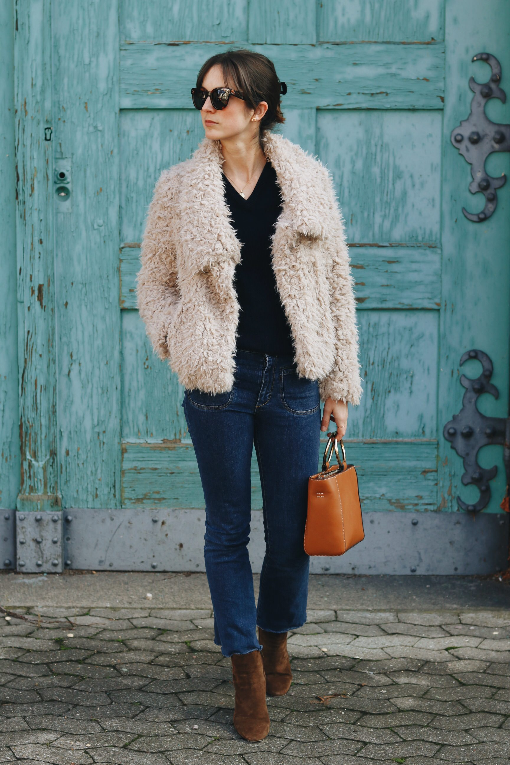 Modeblog Modebloggerin Outfit streetstyle Instagram Look Fake Fur Jacke Fairtrade Pullover Kick Flare Jeans Fashion Outfitpost