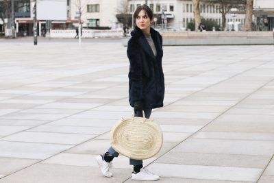 Modeblog Fake fur Jacke kombinieren mit Korbtasche Stan smith Mom Jeans Fashionblog Bloggerin detusch Streetstyle Outfit