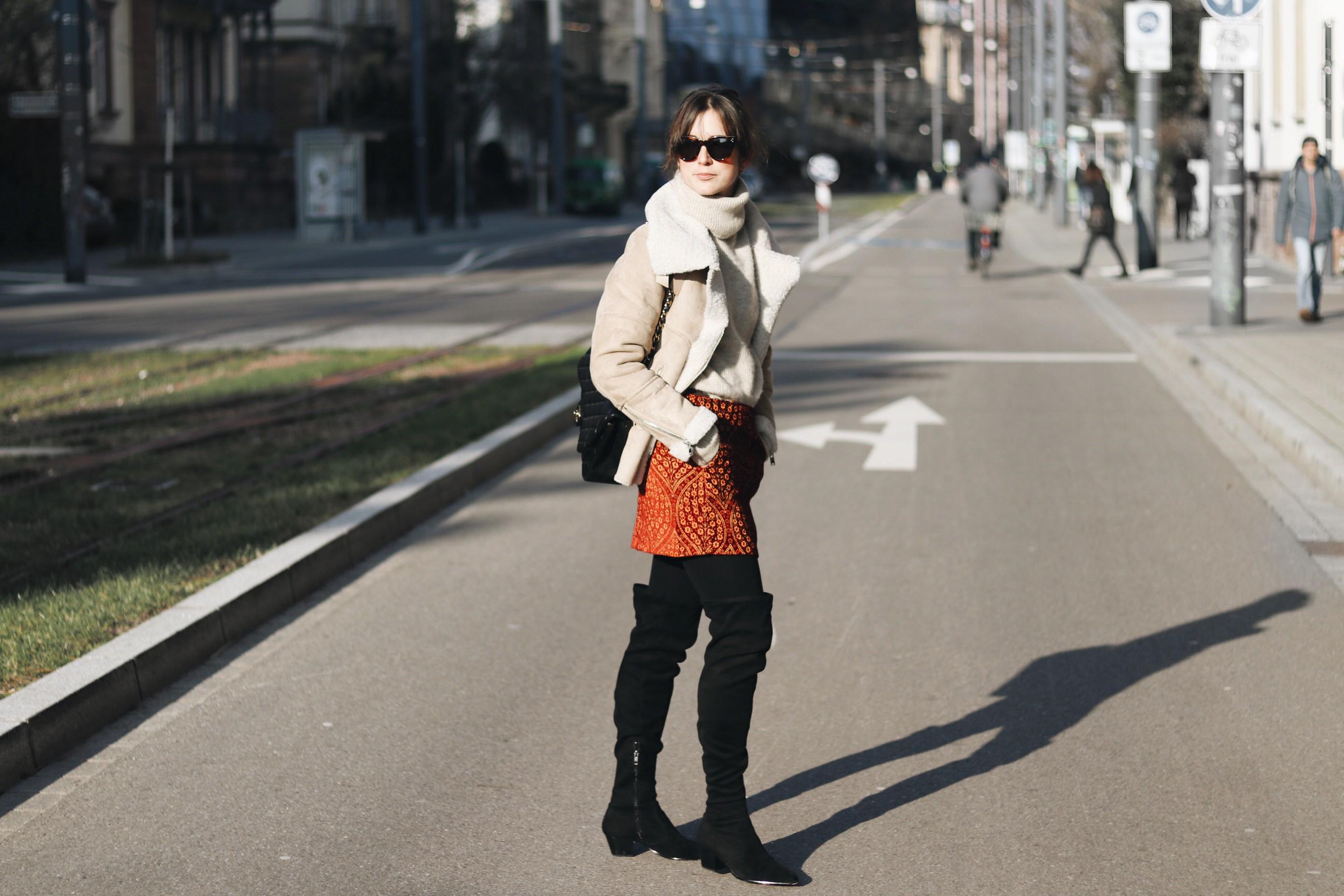 Lammfelljacke kombinieren Minirock Winter Outfit Blog Fashionblog Modebloggerin Deutschland Modetrends Overknees