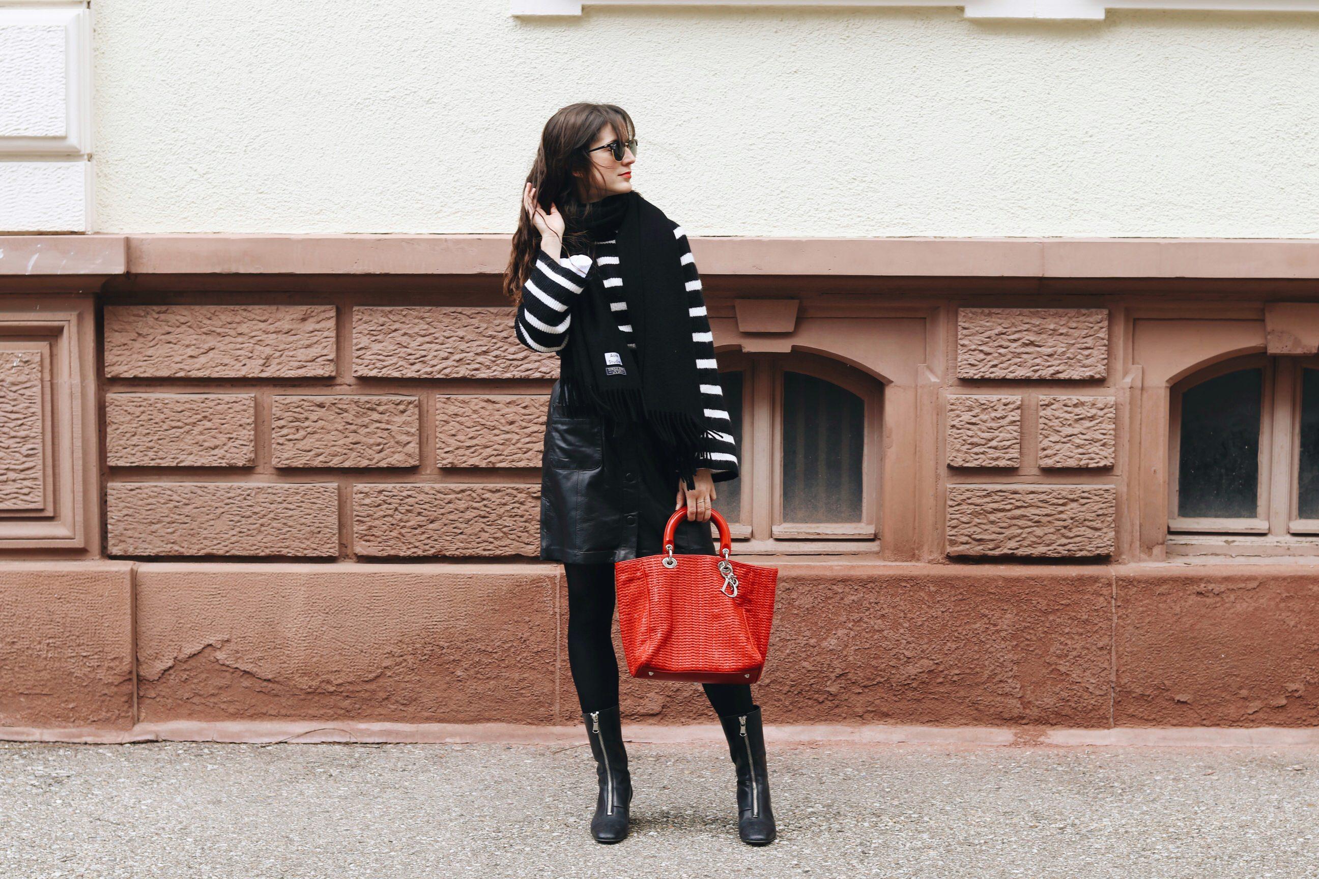 French Chic Outfit Post Instagram Modeblog Modebloggerin Freiburg Deutschland Lederrock Stiefeletten Dior Tasche in rot blogger streetstyle