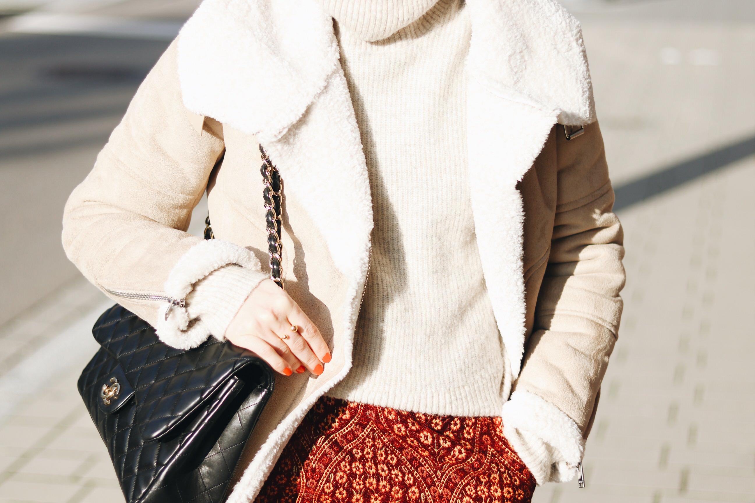 Lammfelljacke kombinieren Minirock Winter Outfit Ideen BLog Deutschland deutsch Chanel Tasche